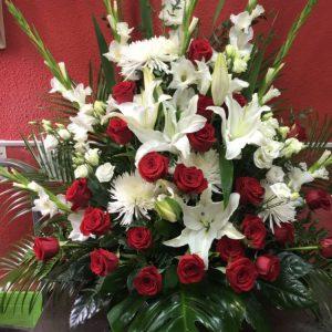 219-centro-palma-24-rosas-rojas-y-flores-blancas-120e