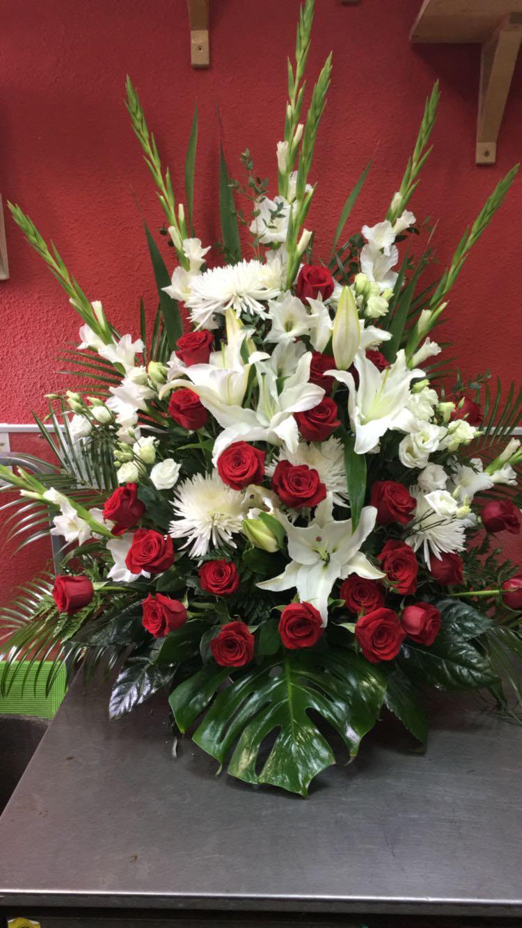 Centro Palma 24 Rosas Rojas Y Flores Blancas Tienda Marivi Flores